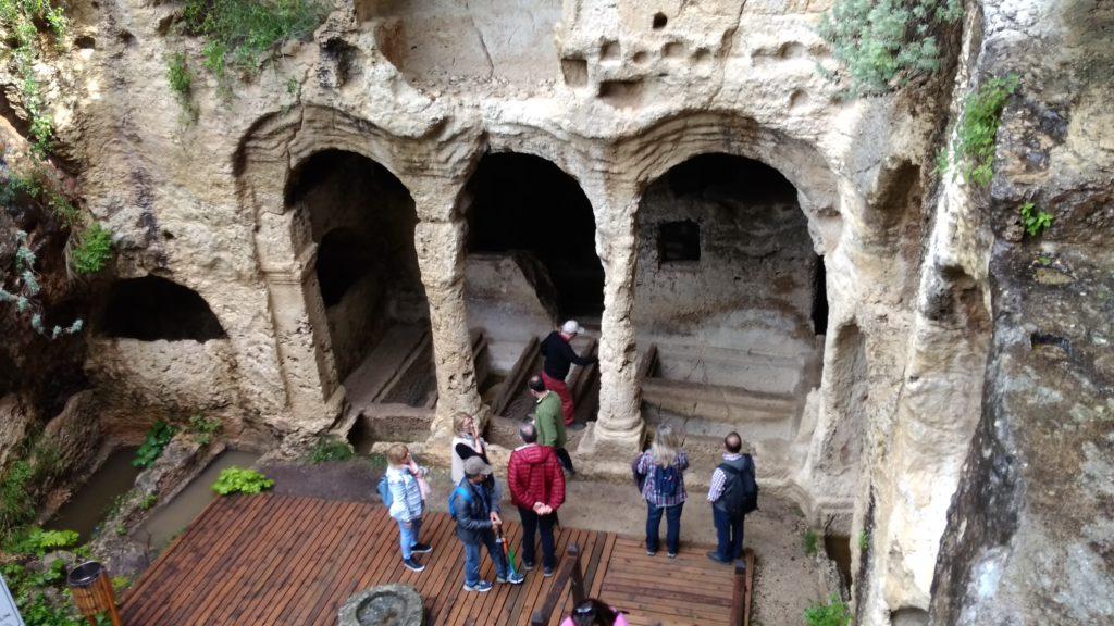 Некрополь рядом с туннелем Тита