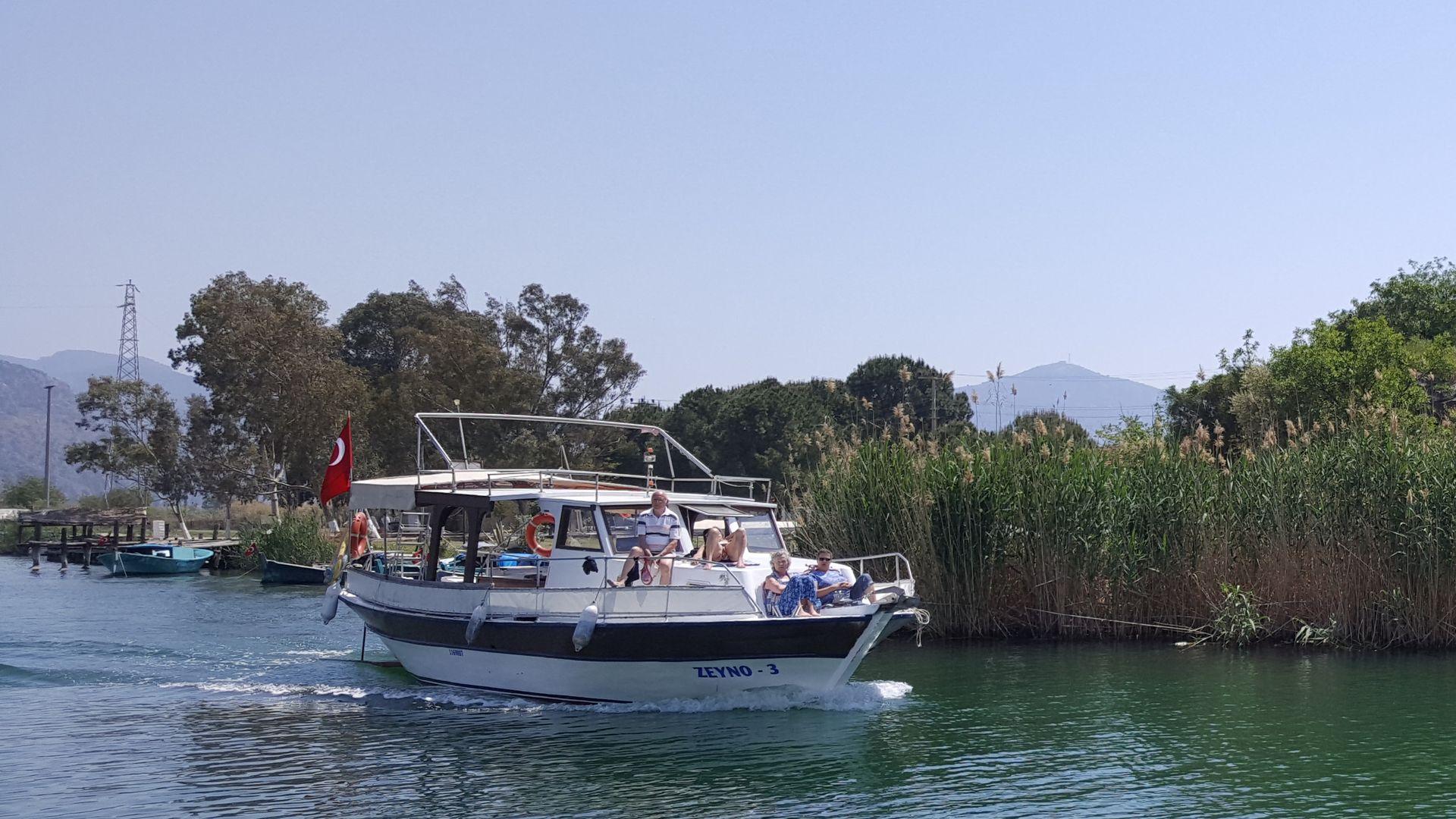 Кораблик возвращается с экскурсии на пляж Изтузу