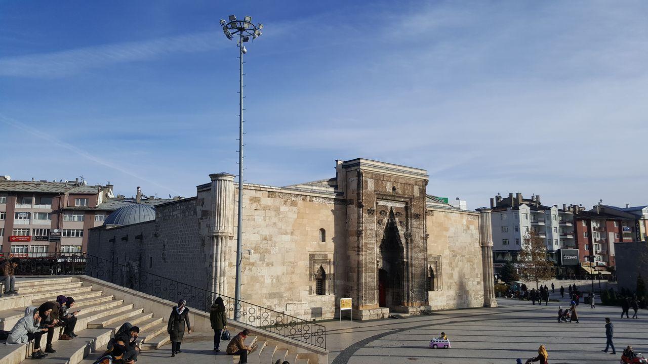 Большая часть сохранившихся исторических зданий в городе относится к периоду Сельджуков