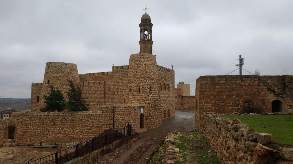 Похожая на крепость церковь в деревне Инвардо (Гюльгезе)